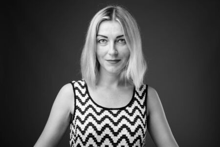 Retrato de hermosa mujer de negocios con pelo rubio corto