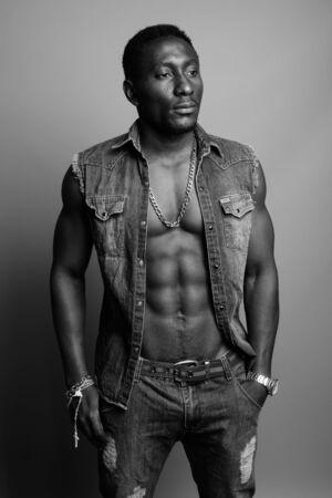 Giovane bell'uomo africano su sfondo grigio