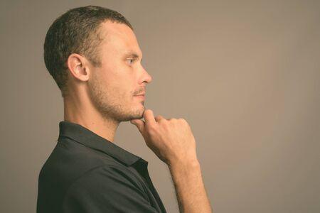 Portrait de bel homme sur fond gris