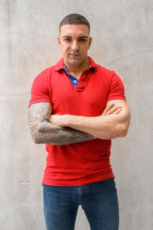 Portrait of handsome man with arms crossed Imagens