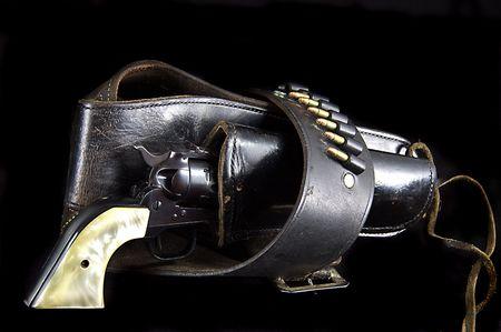 水平方向の形式で黒い背景に対して隔離される古い西 6 銃リボルバー。 写真素材