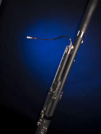 fagot: A fagot muzyki instrument izolowanych przeciwko czarnym tle niebieskiego w centrum.
