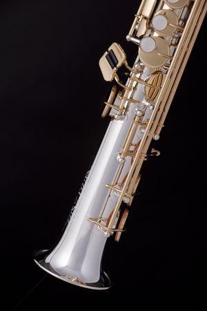 soprano saxophone: Un oro profesional y la plata saxof�n soprano aislado contra un fondo negro.