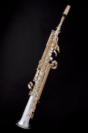 soprano saxophone: Un oro profesional y la plata saxofón soprano aislado contra un fondo negro.