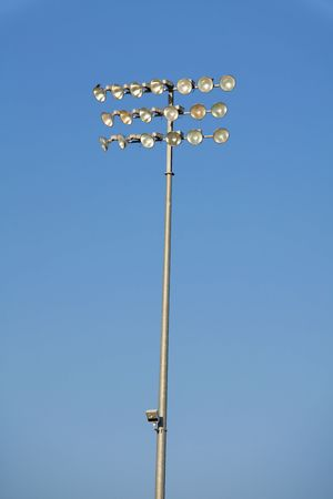 青い空を背景に分離された光のスタジアム