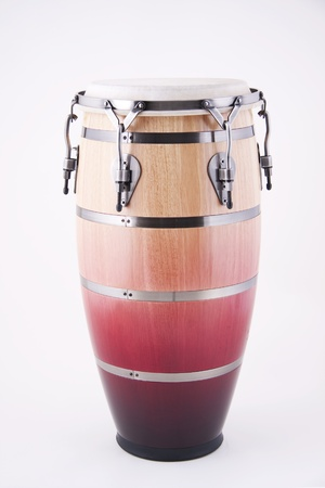 コピー スペースで垂直方向の形式で白い背景に対して隔離される、アフリカやラテンのコンガ ドラム。