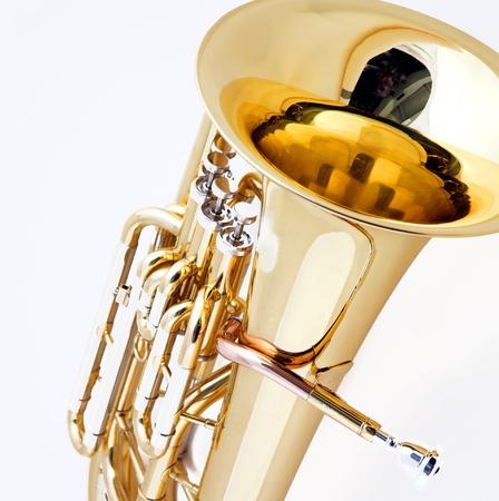 正方形フォーマットで白い背景に対して隔離されるゴールドブラス チューバ ユーフォニアム。