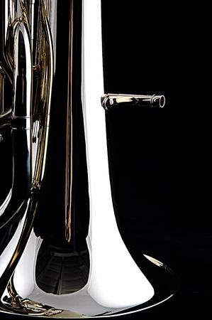 コピー スペースで垂直方向の形式で黒い背景に対して隔離される真鍮ゴールド バス ・ テューバ ユーフォニアム。 写真素材
