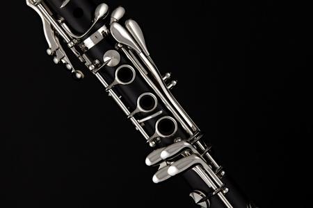 clarinete: Clarinete soprano aislado contra un fondo negro