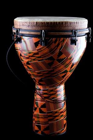 tambor: Un completo naranja africanos o Latina Djembe conga tambor aislado sobre fondo negro en el formato vertical. Foto de archivo