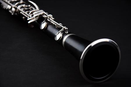 clarinete: Un clarinete soprano aislado contra un fondo negro en el formato horizontal, con copia espacio.
