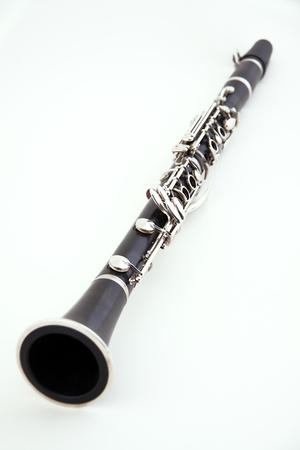clarinete: Un clarinete soprano aislado contra un fondo blanco en el formato vertical con espacio de copia.