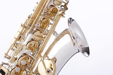 saxofon: Un saxofón profesional aislado contra un fondo blanco en el formato vertical.