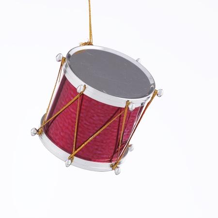 正方形フォーマットで白い背景で隔離のクリスマス ツリーのための行進のドラム グッズ飾り。 写真素材