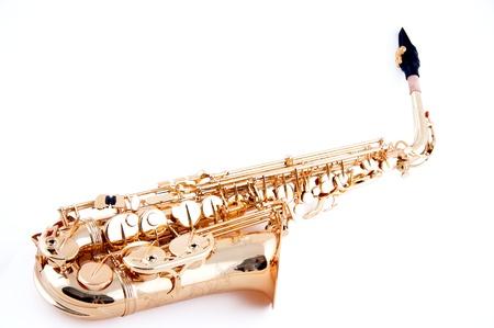 soprano saxophone: Un saxofón latón dorado aislado contra un fondo blanco en el formato horizontal.