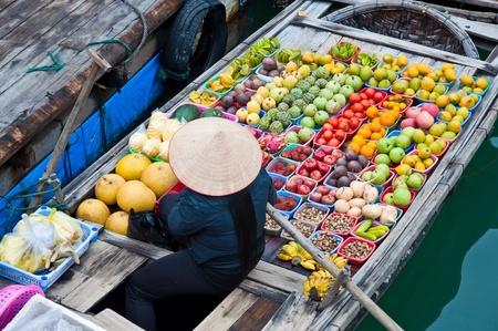 greengrocer: Fruter�a en el barco de bamb� flotante, la bah�a de Halong, Vietnam