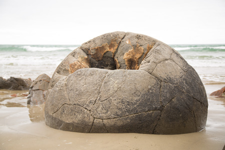 Moreaki Boulders with grey sky 版權商用圖片