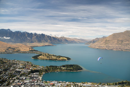 Queenstown with the Remarkables in the backround 版權商用圖片 - 44372554