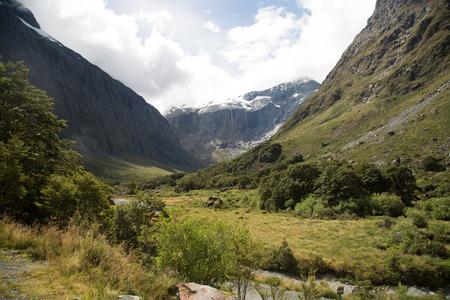 Amazing Mountains at Milford Sound, New Zealand 版權商用圖片 - 44420204