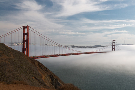 Die Golden Gate Bridge halb im Nebel 版權商用圖片 - 53301732