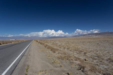 Lonely Road through the dessert to the horizon 版權商用圖片 - 53274511