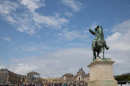 Reiterstatue am Schloss Versailles mit blauem Himmel 新聞圖片