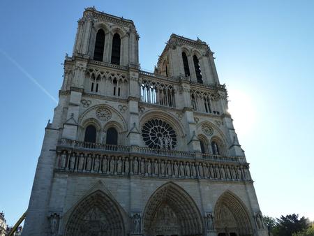 Notre Dame Paris mit blauem Himmel 版權商用圖片