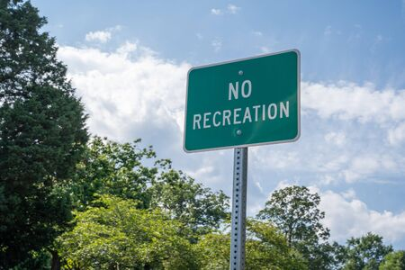 Sign reads No Recreation, reminding visitors to be respectful Stockfoto