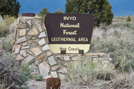Mammoth Lakes, CA - May 30, 2018: Sign for the Inyo National Forest Hot Creek Geothermal Area during the spring 新闻类图片