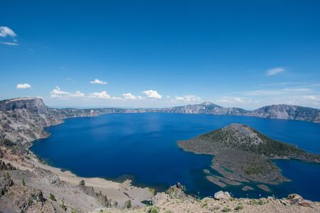 Wide angle view of Crater Lake National Park in Oregon, on sunny clear summer day. Wizard Island in photo Banque d'images