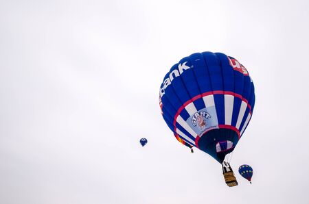 Bunte Heißluftballons bereiten sich auf den Start bei der Hudson Hot Air Affair im Winter vor