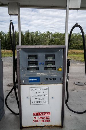 AUGUST 12 2018 - CHITNIA ALASKA: Old fashioned gas station pump from the 1970s are still in use in some Alaskan towns. These pumps do not take credit cards or pay at the pump 新聞圖片