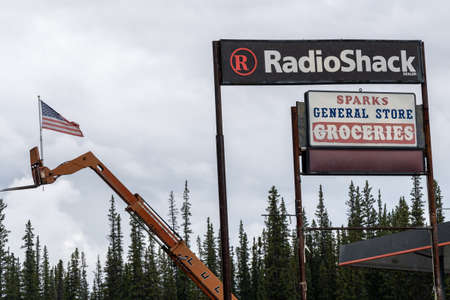 AUGUST 8 2018 - COPPER CENTER, AK: Sign for a Radio Shack store still in operation in Alaska on an overcast day 版權商用圖片 - 144362167