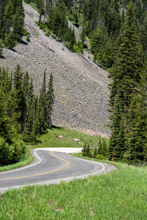 Windy, curvy mountain road of the Beartooth Highway, near Cooke City and Silver Gate Montana 스톡 콘텐츠