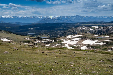 Mountain view of an alpine lake on the top of the Beartooth Pass (Highway 212) in Montana 스톡 콘텐츠
