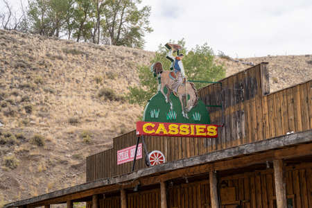 Cody, Wyoming - September 25, 2020: Rustic vintage old neon sign for Cassie's Bar, Lounge and Drive in Liquor store 新聞圖片