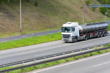 cisterna: Cami�n cisterna de leche en una carretera moderna Foto de archivo