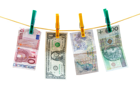 dollaro: Diverse banconote in valuta appesa clothesline isolato su sfondo bianco con tracciato di ritaglio Archivio Fotografico
