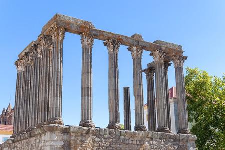 templo romano: Templo romano antiguo, conocido como Diana Foto de archivo