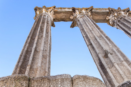 Roman temple: Primer plano del antiguo templo romano, conocida como Diana Foto de archivo