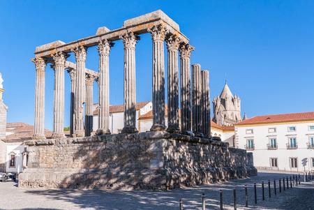 Roman temple: Templo romano antiguo, conocido como Diana Foto de archivo