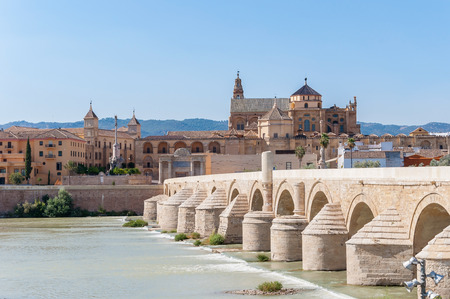 The Great Mosque and Roman Bridge in Cordoba in Spain Imagens