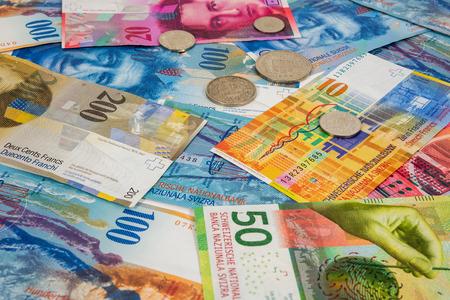 Zakelijke achtergrond gemaakt van Zwitserse frank en munten Stockfoto