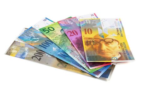 salarios: Conjunto de billetes de banco del franco suizo aislado en fondo blanco con trazado de recorte