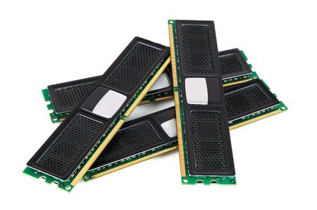 Modules de mémoire d'ordinateur moderne avec radiateur noir isolé sur fond blanc avec un tracé de détourage Banque d'images - 77506869