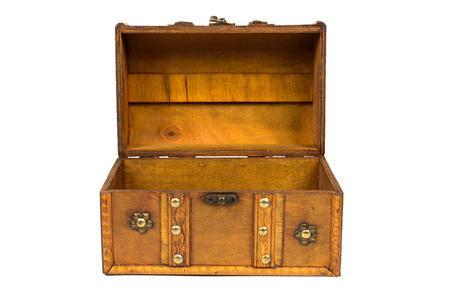 Abra o baú de madeira velho isolado no fundo branco com trajeto de grampeamento Foto de archivo - 80618992