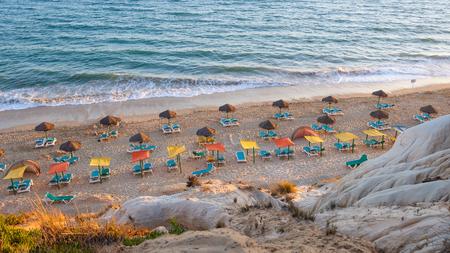 오후 태양, Algarve, 포르투갈에서 Falesia 해변에 Sunbeds 및 우산 스톡 콘텐츠