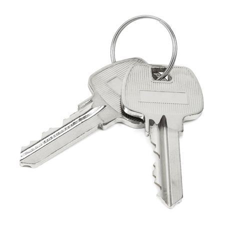 Due chiavi sul portachiavi isolato su sfondo bianco