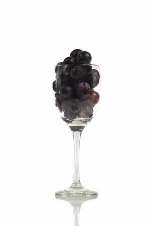 unpressed: Vino sin prensar rojo en un vidrio, aislado en fondo blanco Foto de archivo
