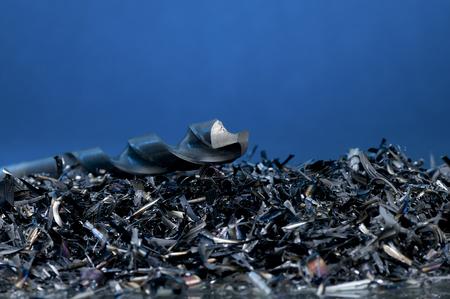 scrap trade: Trucioli di metallo con un trapano